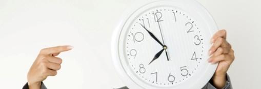 Señora señalando un reloj, recortada
