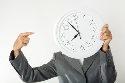 señora señalando reloj