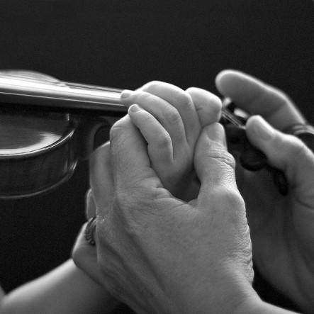 enseñando a tocar el violin