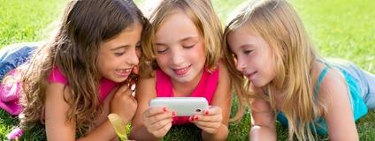 children friend girls playing internet with smartphone recorte