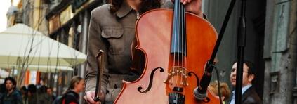 violonchelo tocando en la calle recorte