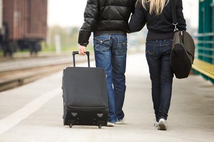 pareja de espaldas viajando