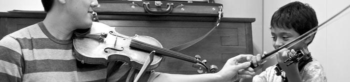 Profesor enseñando violín