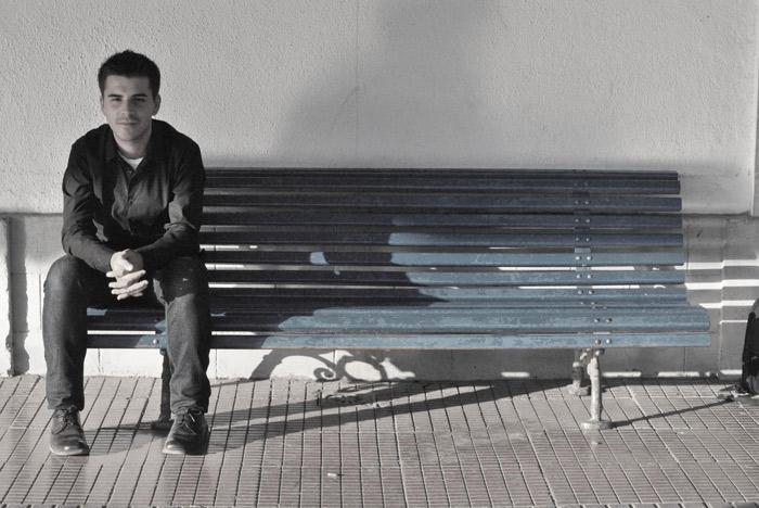 oscar escudero sentado en un banco